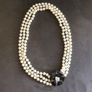 💗Beautiful Triple Strand Pearl Necklace💗